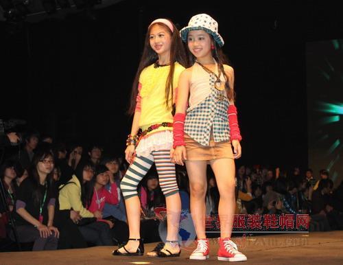 这些活泼,稚气的小朋友穿上漂亮时尚的童装,更显得明星范儿十足.