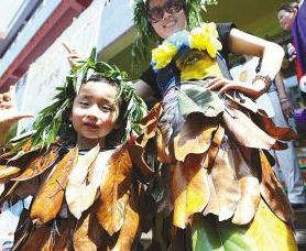 六一节,儿童们上街表演环保时装秀