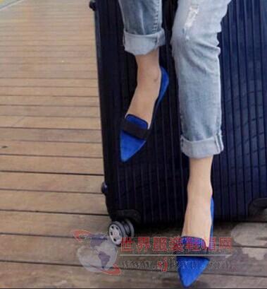 尖头蓝鞋配破洞背带牛仔裤