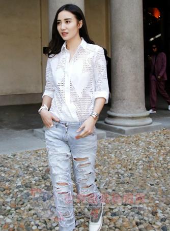 学小宋佳穿衣服 白衬衫+牛仔裤很美